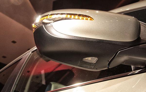 В боковых зеркалах диодные лампы для освещения зоны у дверей