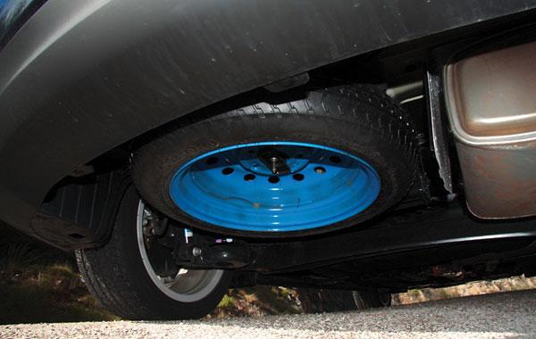 Запасное колесо есть, но в качестве тонкой докатки и расположено под днищем