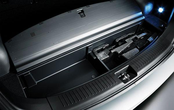 В этот отсек можно сложить шторку багажника, если груз очень объёмный