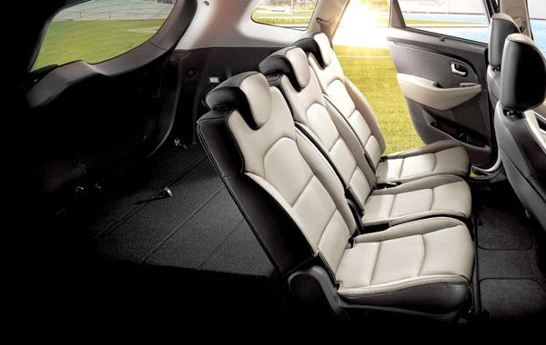 Существует две версии спинок второго ряда сидений: складывающиеся в соотношении 60/40 и на 3 равные доли (как на фото), где центральная образует ещё и дополнительный столик. Спинка переднего пассажирского кресла, кстати, тоже складывается