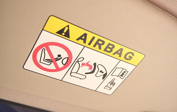 Передняя пассажирская подушка отключаемая, но в самых простых версиях её не будет совсем