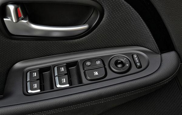 Режим Auto на всех стеклоподъёмниках в самых дорогих версиях. В простых только у водителя и только вниз