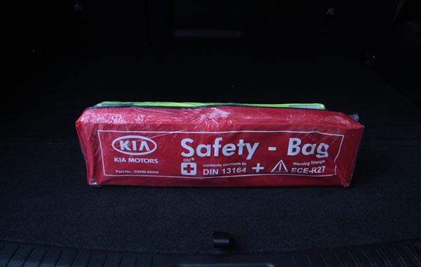 Фирменный аварийный набор с аптечкой в каждом автомобиле